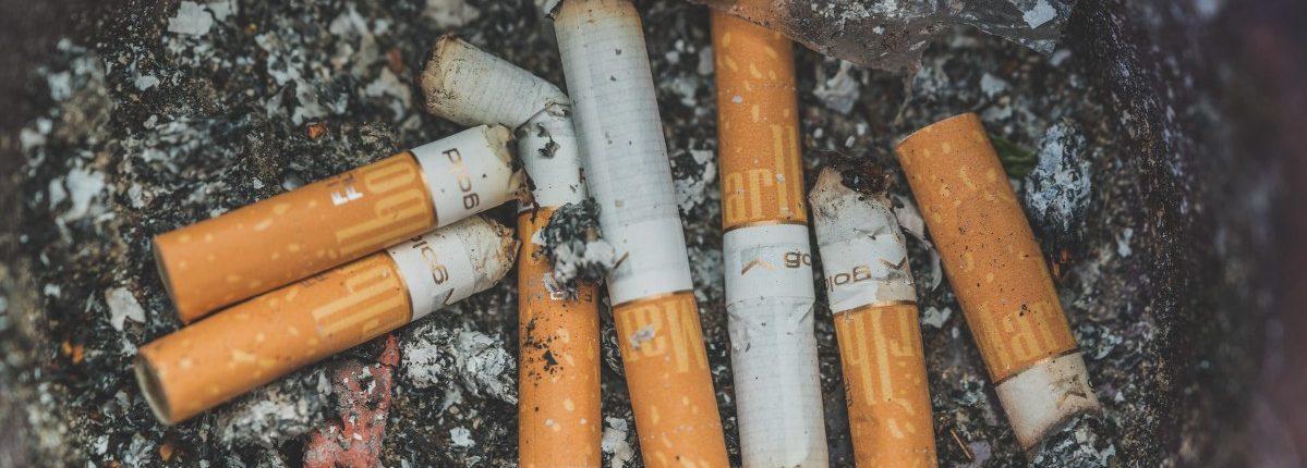 Een asbak met daarin sigaretten om stoppen met roken met hypnose te stimuleren in Amsterdam en Capelle aan den IJssel