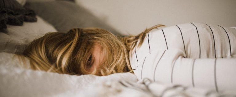 Een vrouw met stress die geholpen kan worden met burn-out behandeling hypnose