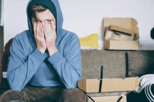 Een man met burnout en stress die te behandelen is met hypnose
